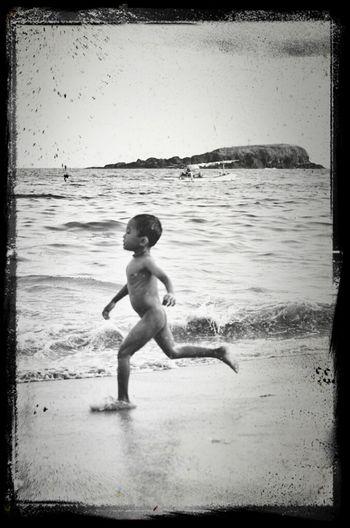 bagaikan anak kecil yang berlari bertlanjang bebas. keluarkan suara suara canda dan senyum puas..