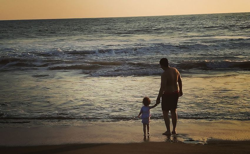 Caída del sol Padre he hija. Sea Beach Horizon Over Water Beauty In Nature Togetherness Nature Wave