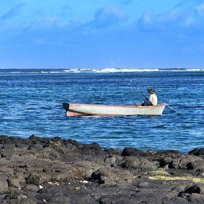 Un pêcheur mauritien au soleil #ilemaurice #mauritius Landscape Mauritius Mycapture Ilemaurice Igersmauritius
