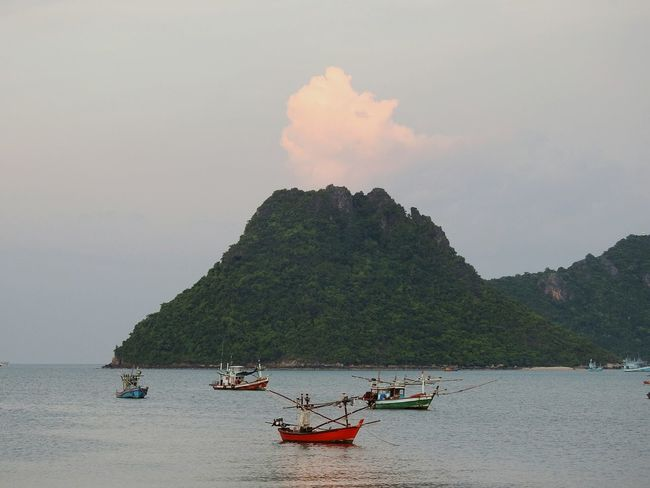 Vulcanic Mountains :))) Let's Go. Together. EyeEmNewHere PrachuapKhiriKhan Prachuap Khiri Khan EyeEm Selects Happy Summer Thailand Boats⛵️ Fishermen's Life Cloud - Sky Mountain Real Thailand Beach Photography The Gulf Of Siam Summertime Summer ☀