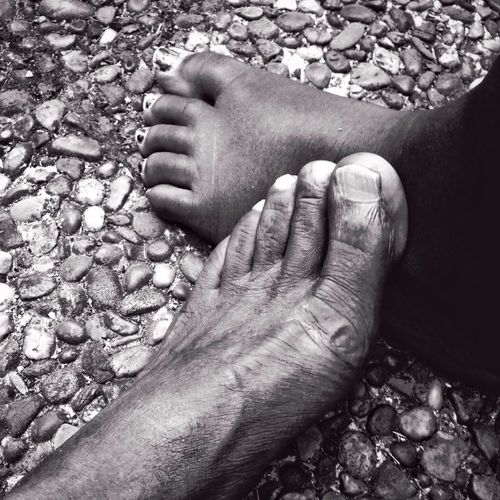 Rencontre du 3 eme type Barefoot Human Foot Human Body Part Low Section Real People Human Leg Close-up Men Day One Person Sole Of Foot Outdoors Bonding People