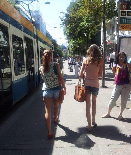 Schönheitskontrolle an der Tramhaltestelle - Zürich Zureich