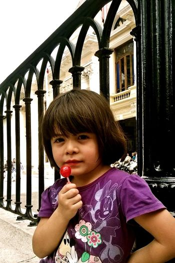 Encontrarla en una linda plaza. Caracas, Venezuela. Beautiful Girl Plaza De Bolivar Caracas,venezuela Infancy Day Miracle Eyes Closed  Humildade Beauty