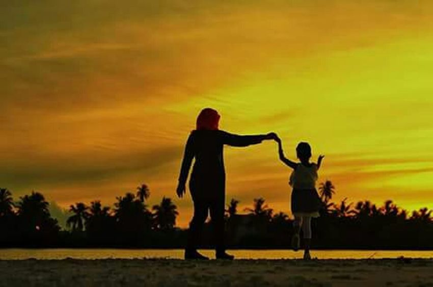 Evening Sky Mother Daughter  Silhouette Creative Light And Shadow Picture Perfect