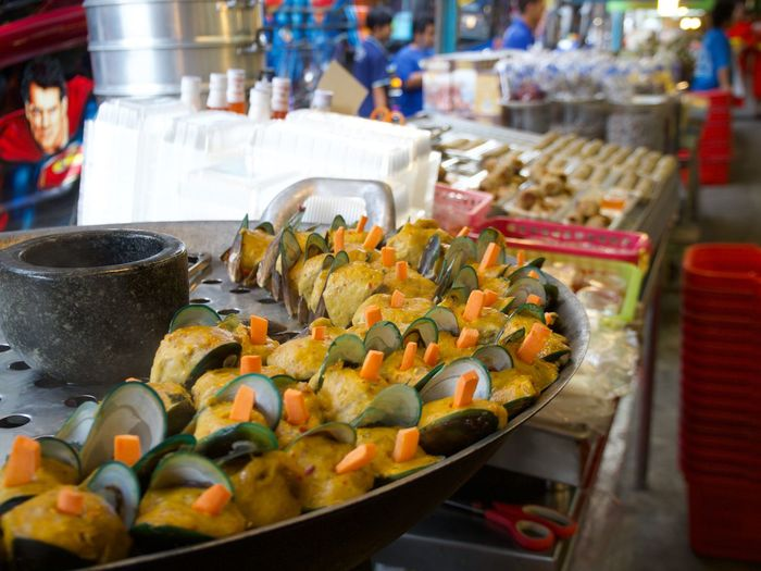 street food Food And Drink Food Freshness Healthy Eating Household Equipment Business Vegetable Wellbeing Kitchen Utensil Indoors  Selective Focus Incidental People Focus On Foreground Ready-to-eat Still Life Market Close-up Abundance Street Food Retail