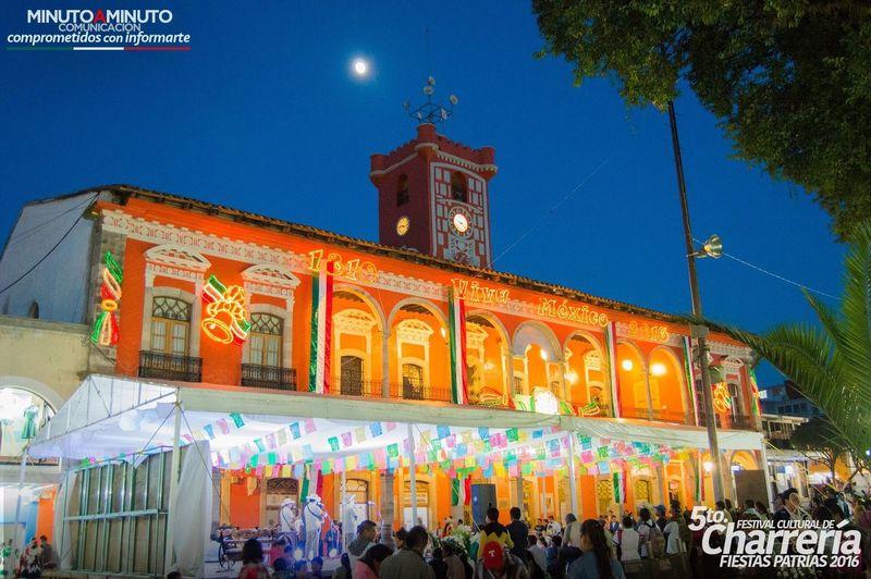 Fiestas Patrias en Huauchinango Fiestaspatrias Mexico Puebla 🇲🇽 Luna Colores Palaciomunicipal Arquitectura Noche