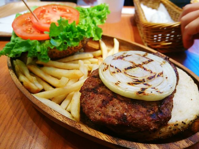 2/14 三井outlet KUA AINA 歐巴馬吃的漢堡,我在台灣吃到好難吃...超乾