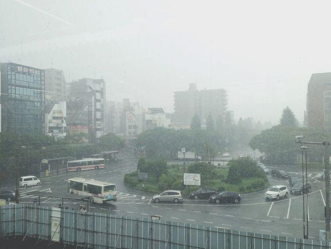 豪雨、雷鳴。 Rain