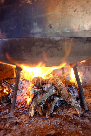 cocinando en disco de arado Burning Fire Flame Fire - Natural Phenomenon Heat - Temperature Log Wood Firewood Nature Wood - Material No People Glowing Motion Close-up Orange Color Outdoors Bonfire Environment Illuminated Preparation