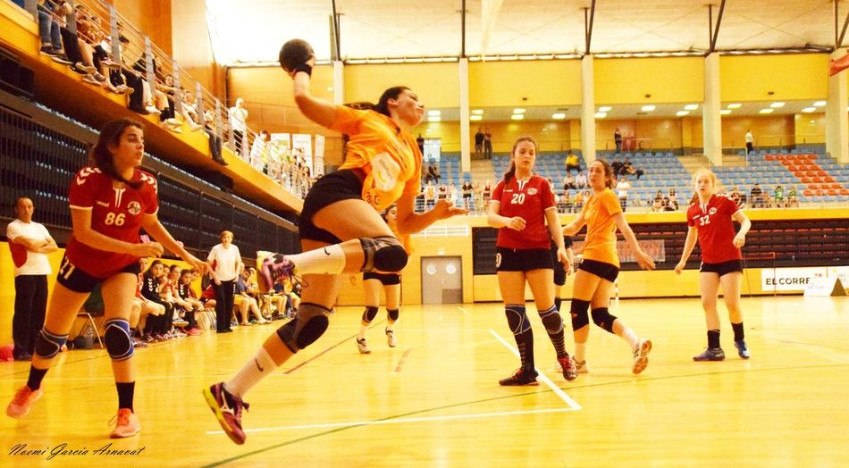 Women Fotography Handball Handball Is My Life Fotografie EyeEm Selects Basketball Player Competition Ball Large Group Of People Team Sport Competitive Sport Basketball - Sport Motion Sport Leisure Activity Sports Uniform Taking A Shot - Sport Court Sports Team Activity Practicing Sports Activity Indoors  Playing Dribbling