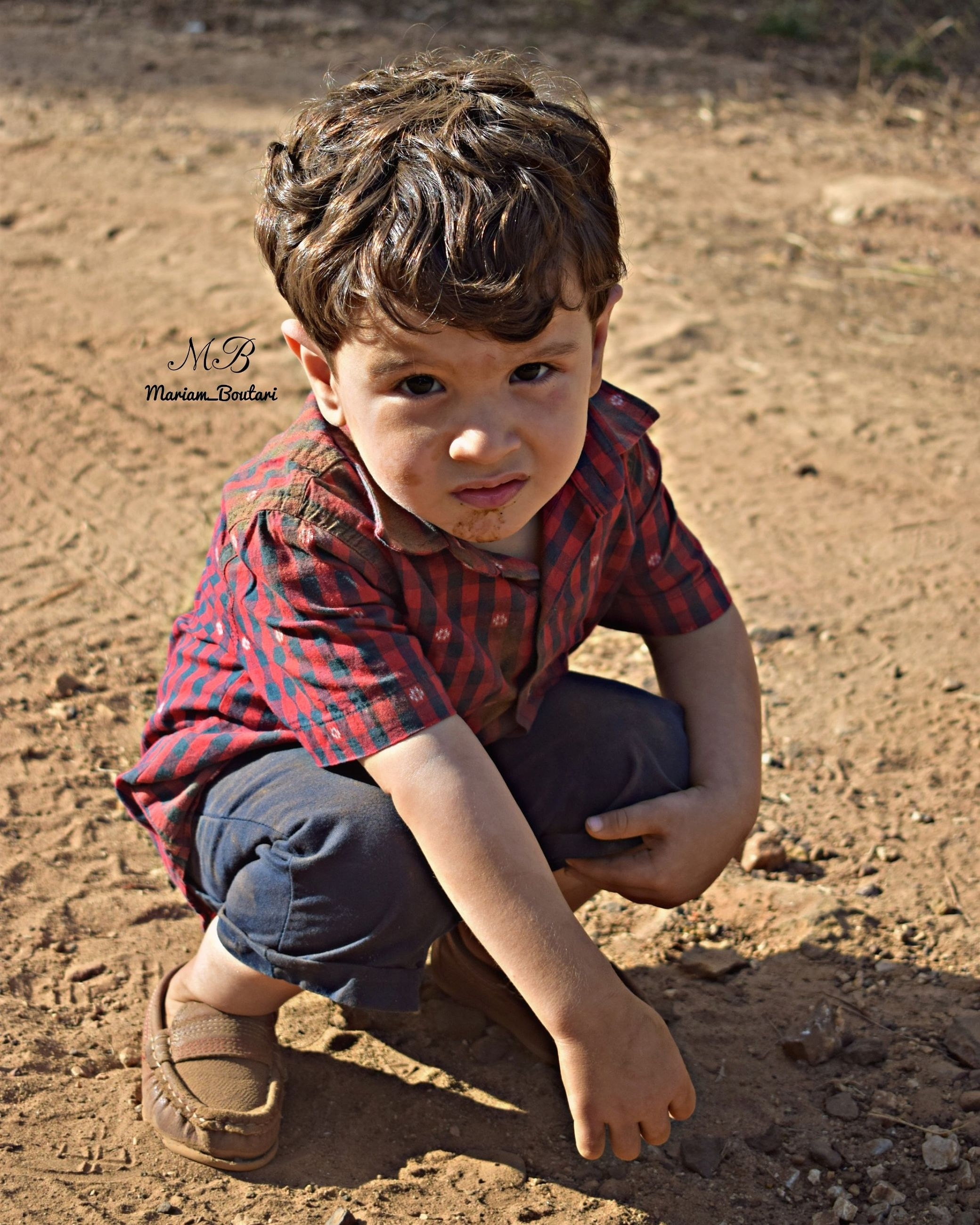 childhood, child, full length, boys, males, one person, men, sitting, real people, land, lifestyles, portrait, looking at camera, casual clothing, leisure activity, cute, front view, innocence, outdoors