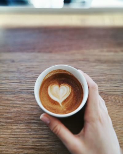 Coffee - Drink Coffee Cup Cappuccino Thirdwavecoffee Coffee Shop Coffee Art Latte Coffeelovers Close Up Kaffee Food And Drink Close-up Indoors  Froth Art Drink Refreshment Human Hand Human Body Part Holding Frothy Drink Table One Person People Only Women