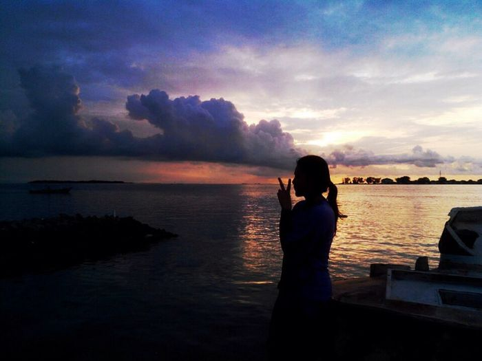 🌊🌌 Shillouettes And Sunshine Sea And Sky Beach Check This Out That's Me Relaxing Sunset Shillouette Sunset Silhouettes Sunset_captures First Eyeem Photo