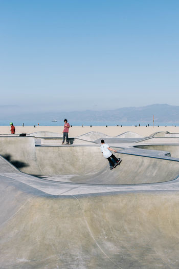 Los Angeles, California Los Ángeles Venice Beach Adult Clear Sky Day Extreme Sports Full Length Leisure Activity Men Nature One Person Outdoors People Real People Sea Skateboard Park Sky Sport Stunt Venice