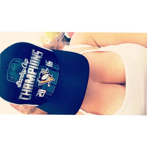 Hockey Champs 💛🐧 Stanley Cup Ice Hockey Hockey Hockey Girl!  Hat Champions Champs Pittsburgh Penguins Pittsburgh Penguins Check This Out That's Me Hanging Out Taking Photos Enjoying Life Hello World Ootd Today's Hot Look Sexygirl Sexyselfie Selfie ✌ Hi!