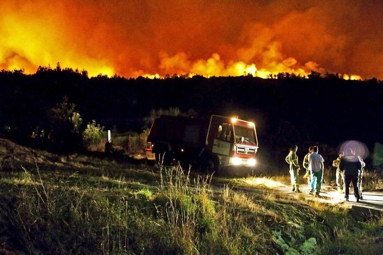 Infierno rojo Catastrophe Fuego Galicia Incendios Forestales Luintra Woods Burning Bomberos Burn Camion De Bomberos Catastrofe Fire Firefighters At Night Fireman Firemen Firemen Truck Forest Burning Forest Guards Forets Guardas Forestales Hell Incendio Infierno  Night Fire Noche Woods