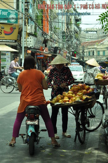 Ha Noi City Ha Noi Shopping Ha Noi Streets Hà Nội Hà Nội, Việt Nam Street Vendor Vietnam Vietnam 2016 Vietnam Bicycle Vietnamese Woman , Fruit Shop Selling Fruit Embrace Urban Life Adapted To The City