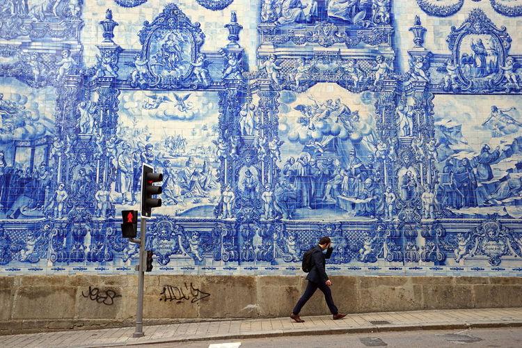 Man walking against porcelain wall