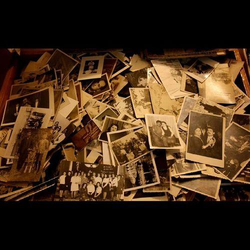 Siyahlaşmaya başladı yine geçmişe özlemlerim... Beyoğlu Sahaf Festival Beyoglusahaffestivali istanbul kitap fotograf vintage siyah beyaz