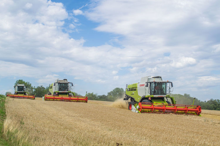 2017 Dreschen Gerste Landwirtschaftliche Machine Landwirtschaftsgerät Lexion 760 Mähdrescher Erntet Thuringen Weizenfeld Erntemaschine Agricultural Machinery Agriculture Claas Combine Harvester Farm Field Gerstenfeld Growth Landwirtschaft Landwirtschaftsfahrzeuge Lexion Mähdrescher Nature Tractor Weizen Weizenfeld First Eyeem Photo The Week On EyeEm