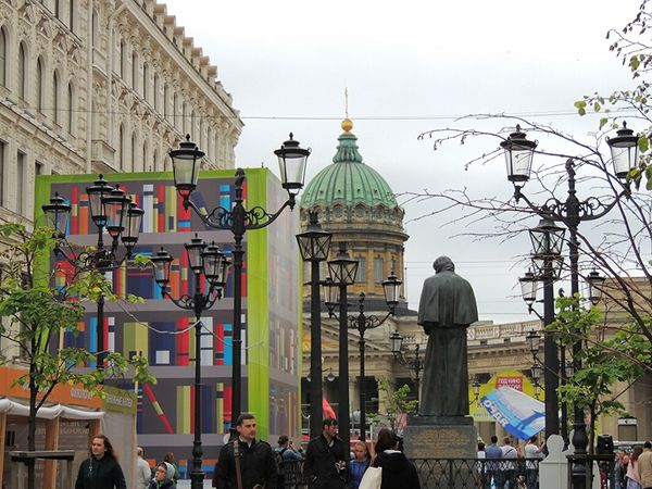 Sankt-Petersburg Russia Writer Monument Gogol Bookstore Kazan Cathedral Streetphotography Spring