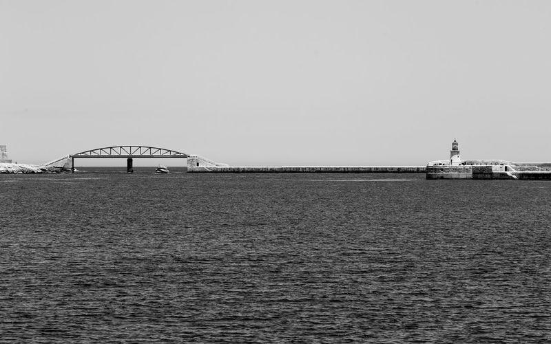 El faro, el puente, un barco y el mar Lighthouse Bridge Ship Sea Waterfront Water