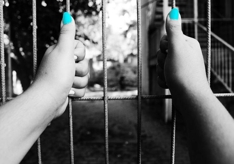 1dakika Art Benimkadrajim Blackandwhite Blue Canon Canonphotography Durdurzamani Fence Fotografia Freedom Hand Kadrajturkiye Objektifimdenyansiyanlar PhotoADay Photography Turkey VSCO Vscocam Vscokadraj Woman