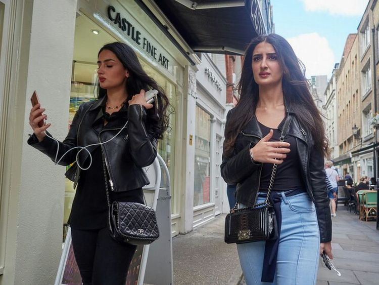 Young Women City Only Women Outdoors Beautiful Woman Friendship Streetphotography Street Building Exterior LONDON❤ Street Photography Streetdreamsmag Fitzrovialitter Candidshot London Calling Fashion Jeans Low Angle View Denim Olympus OM-D E-M1 Mark II Streetphotographer London Streets Candid Girl Long Hair
