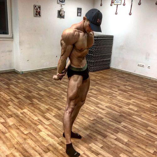 Hamarosan kezdődik a ch csökkentés😬 Utána a vizhajtás 💨☠️💪🏻 És végül a megmérettetés !🤩🚜 Igyekszem mindent bele adni , minden edzésen oda tenni ,szigorú elvárással magammal szemben !🙂 Hajrá GetfitSe! Hajrá Mi!💪🏻💨🚜☠️ #muschle #bodybuilding Shirtless One Person Muscular Build Men Lifestyles Young Men Strength Sport Day First Eyeem Photo