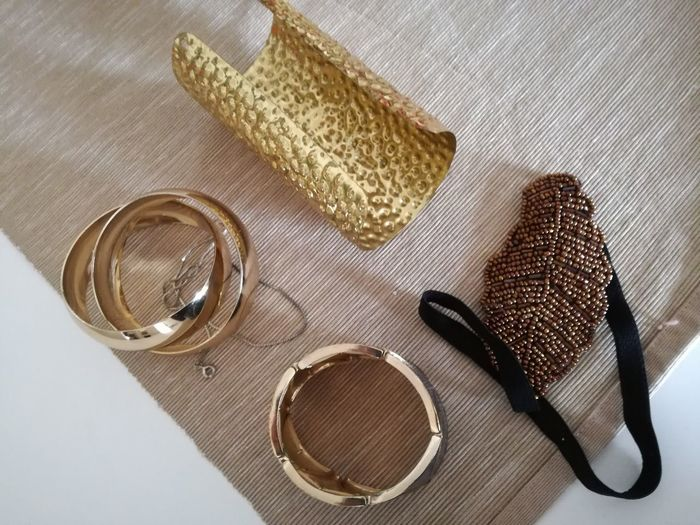 Jewellery Object Photography Gold Colored Personal Style Ready To Party!!! Objects On The Table To Go Out Textures And Shapes Bijouterie Shades Of Gold Bracelets✨ BraceletJewelry EyeEm Selects Table Close-up