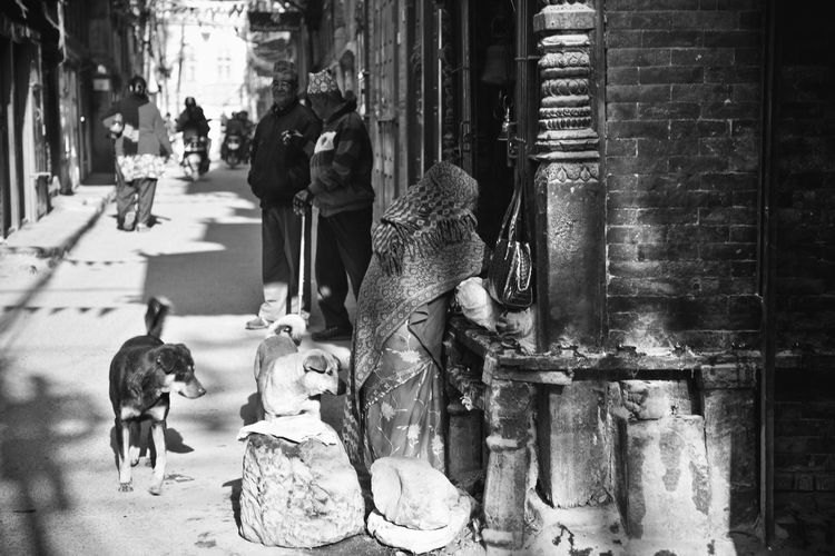 Bnw_friday_eyeemchallenge Bnw_streetphoto Architecture Representation Building Exterior City Art And Craft Built Structure Day Sculpture Mammal Incidental People Statue Creativity Human Representation Street Craft Focus On Foreground Outdoors