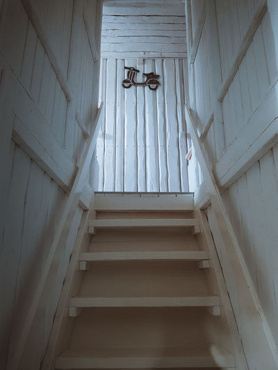 Stairs Wood - Material Room Decor Room Bedroom House Indoors  White Color WhiteCollection View Upstairs Mobilephotography Samsungphotography Architecture Built Structure Architectural Design Architecture And Art Architectural Feature Architectural Detail Hanging Light Skylight My Best Photo