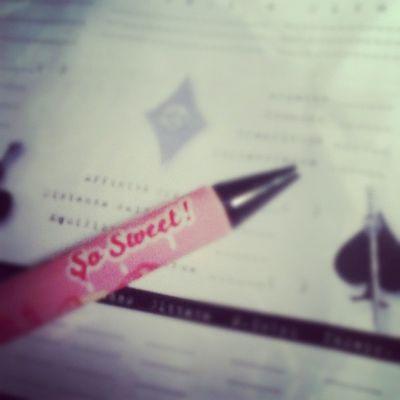 2 Dic. Oggi mi sono concessa solo questa penna dolcissima con Cupcakes e gelati disegnati sopra... Diciamo che é stata una giornata un po' MEH. Ilcalendariodelclub2012 Ilclubdelnataleasettembre