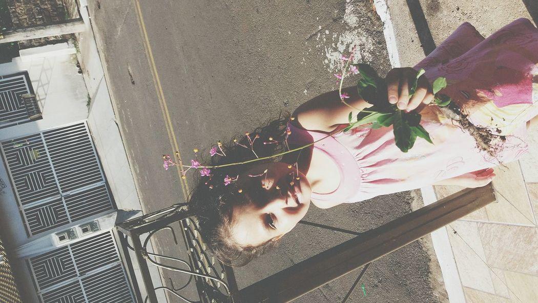 """"""" Tia, deixa eu pegar essa florzinha pra plantar em casa """" 😍"""