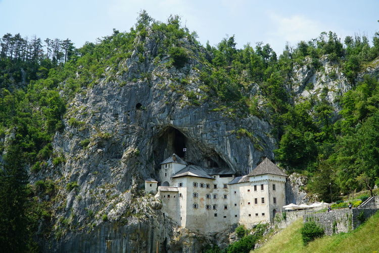 The famous Predjama Castle which is built within a cave mouth in Slovenia on 23.06.2017. Die Höhlenburg Predjama, auch Höhlenburg Lueg genannt, am 23.06.2017 in Slowenien. Postojna Castle Cave Cave Castle Day Höhlenburg No People Outdoors Predjama Predjama Castle Predjamski Grad Rock - Object Slowenia Slowenien