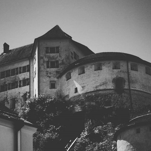 Beautiful Old Architecture and Design . A View of the Medieval FestungKufstein Festung Fortress from the Altstadt . Kufstein Tirol  Österreich Austria . Taken by my Sonyalpha A57 DSLR Dslt . تصميم معمار برج قصر النمسا