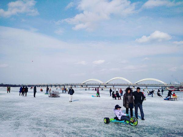 哈尔滨 中国 冬 人们 蓝天 中国人 Harbin Chinese China Forzenriver Cold Winter Sky Skyporn Sky And Clouds Fun 松花江