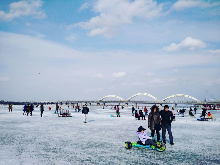 哈尔滨 中国 冬 人们 蓝天 中国人 Harbin Chinese China Forzenriver Cold Winter Sky Skyporn Sky And Clouds Fun 松花江