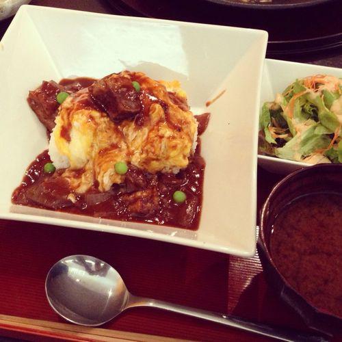 今日のお昼はハヤシ風の近江牛の切り落としオムライス。 今天的午餐是燉近江牛肉蛋包飯。