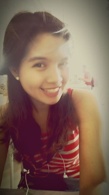 Having lunch. Feeling Good Smile Happy People Beautiful Girl . Me before the new haircut me. Hihi. ??? Show Me That Smile