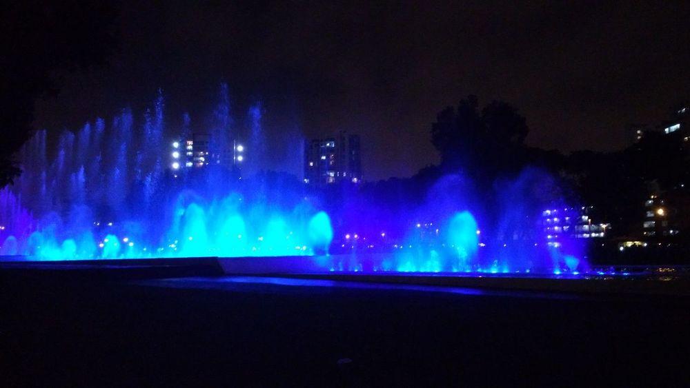 buen efecto de luces Lindo  Genial Parque  Dia Azul Efectos Efectos Fotograficos. Night Illuminated Water Outdoors Arts Culture And Entertainment No People Multi Colored Sky