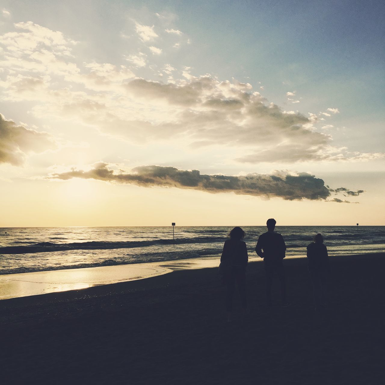 sea, beach, water, silhouette, sky, sunset, horizon over water, nature, togetherness, sand, cloud - sky, beauty in nature, scenics, tranquility, tranquil scene, standing, leisure activity, real people, outdoors, men, vacations, friendship, day, people