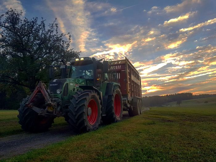 #Fendt820#Farming#Landwirtschaft#Hobby#Silage#Silo #farmlife Farm Hobby Fendt #Silo Farm Worker Arts Culture And Entertainment Tree Business Finance And Industry Sky Cloud - Sky Agricultural Field