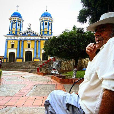 Un amigo agricultor nos deleita sobre las historias de la poblacion de El Cobre. Al fondo la iglesia de San Bartolomé, bastion de fe de los pobladores de tan pintoresco pueblo ubicado en las montañas del estado Tachira  en Venezuela Venezuelatravel Venezuelaes Gotravelfree Gf_venezuela Gf_colombia IG_GRANCARACAS IgersVenezuela Insta_ve Instapro_ve IG_Venezuela InstaLoveVenezuela Instafoto_ve Instaland_ve Destinomaschevere Tequierovenezuela Thisisvenezuela Icu_venezuela Ig_lara Igworldclub Ig_tachira IG_Panama Instaland_ve Ig_merida everydayeverywhere everydaylatinamerica elnacionalweb