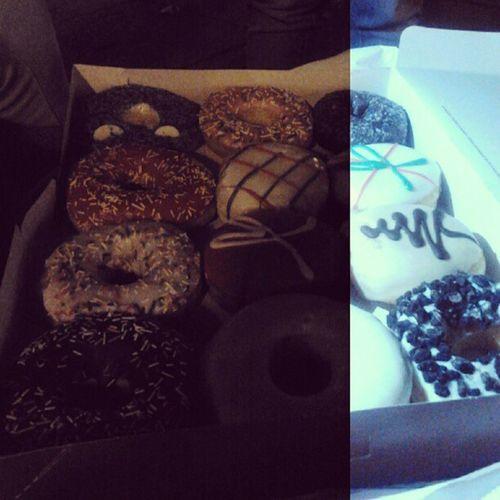 Comiendo donuts en la Castellana NosLosQuierenAbducir