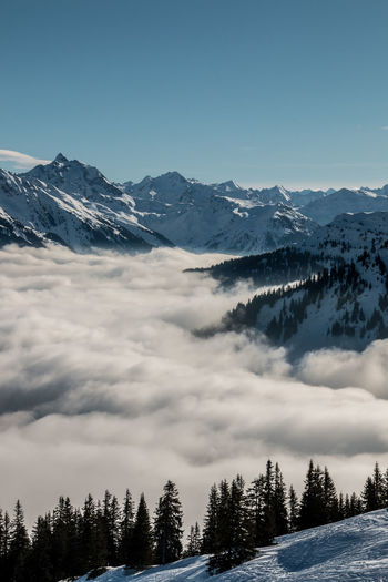 Snow on the top of the mountains and fog down the valley Berge Bergen Gebirgsbach Nebel Schnee Skiing Skiing In Austria 👌 Wintersport Wintersportgebiet Wälder Berg Focus On Foreground Fog Gebirge Mountain Mountains Mountains And Sky Ski Ski Fahren Skigebiet Snow Wald Wintersportarea Wintersportregion Wintersports