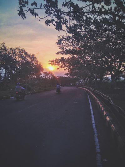 Pulang kerja di senja yang tenang Sunset Road Afterworkout IPhoneography Iphonephotography