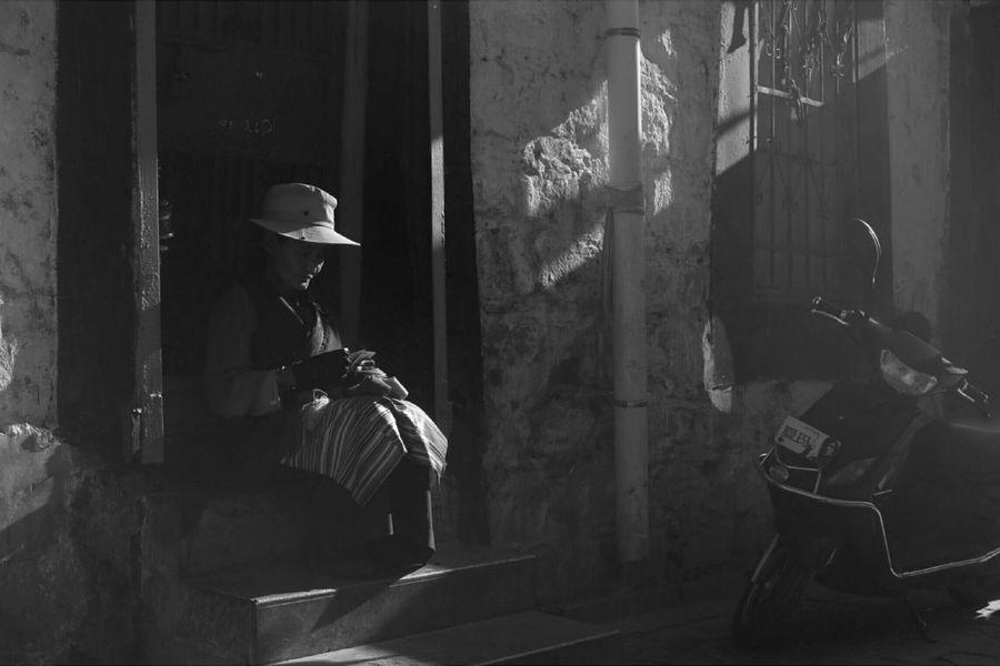 八廓街上点钞票的妇女。2016年七月。 Hello World Enjoying Life 纪实摄影 黑白摄影