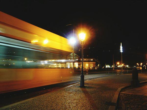 Straßenbahn bei Nacht Nachtaufnahme Bewegungsunschärfe City By Night