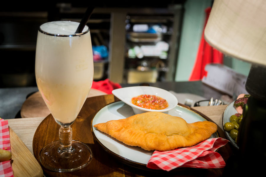 Piscosour chileno con empanadas Chilean Food Close-up Day Drink Drinking Glass Focus On Foreground Food Food And Drink Freshness Indoors  No People Piscosour Plate Ready-to-eat Refreshment Table The Street Photographer - 2017 EyeEm Awards